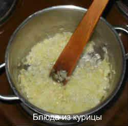 куриная печень с рисом_обжарить лук