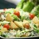 салат цезарь с жареной курицей и помидорами