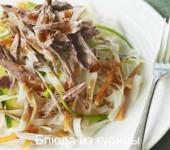 восточный салат с уткой и рисовой лапшой