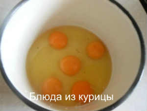 омлет с зеленью_разбить яйца