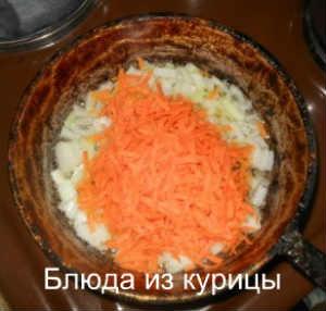 суп на курином бульоне с белыми грибами и манной крупой_обжарить лук морковь